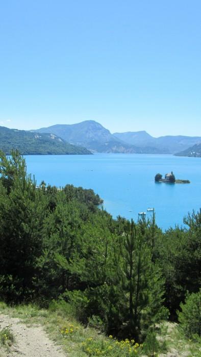 Lac de Serre Ponçon, sud des Alpes françaises