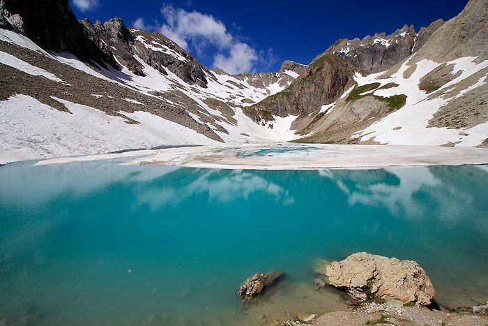 Eau vert-bleu du lac des Béraudes