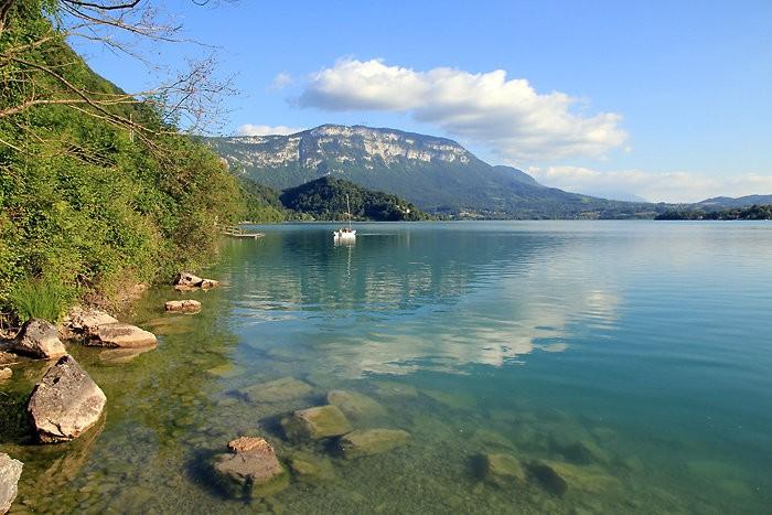 Les eaux vertes du lac d'Aiguebelette