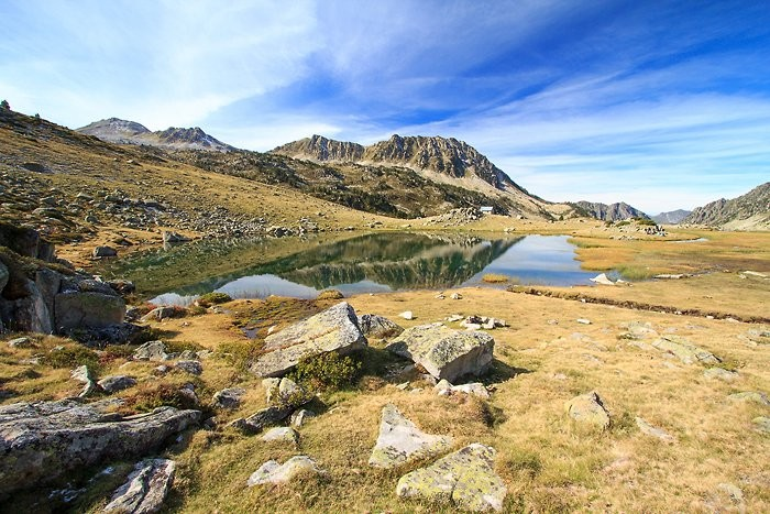 Lac de Coueyla Gran et cabane d'Aygues Cluses