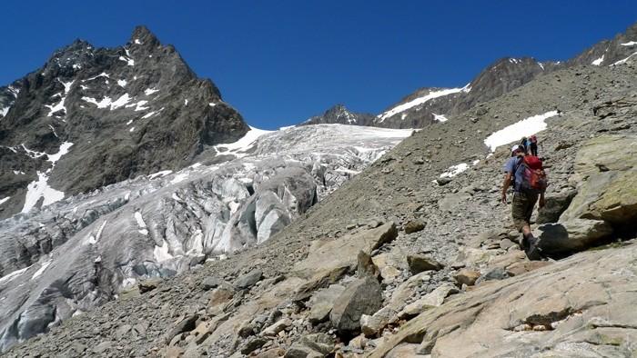 Randonneur en direction du Glacier Blanc, Alpes, Massif des Ecrins