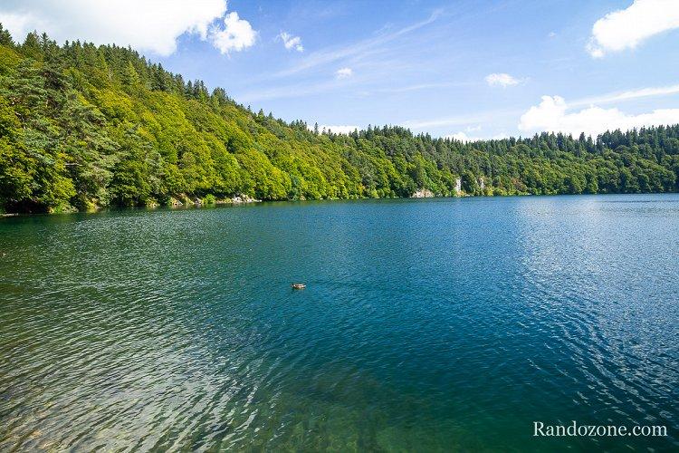Les eaux bleues du lac Pavin en Auvergne