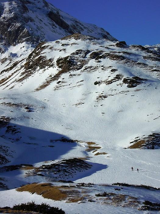 Randonneurs en raquettes,montant au Col du Pourteillou