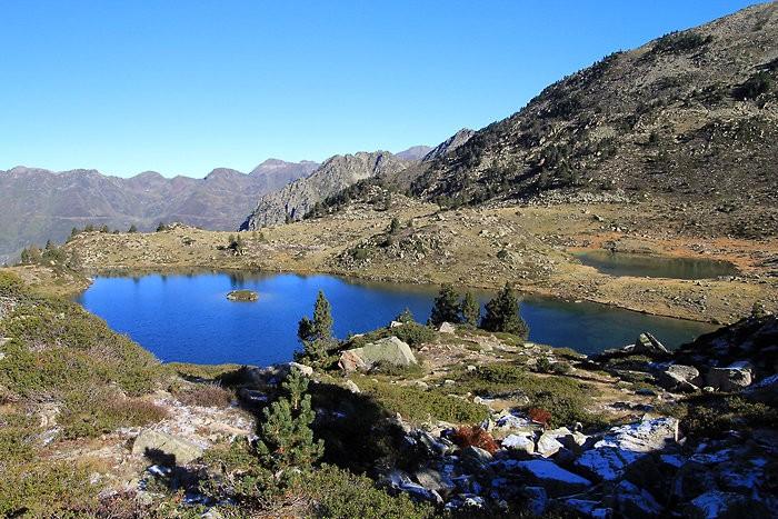 Le lac de Tracens et son laquet en arrière plan