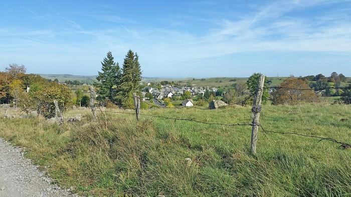 Vue sur le village depuis le haut du plateau