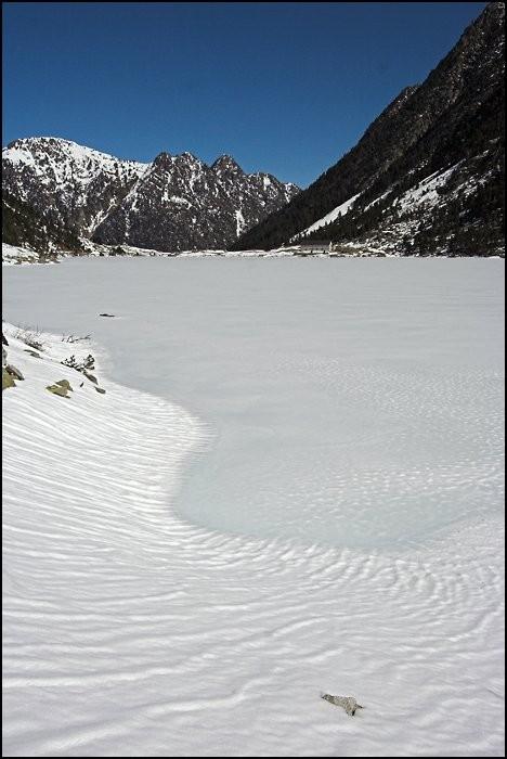 La neige recouvre le lac de Gaube