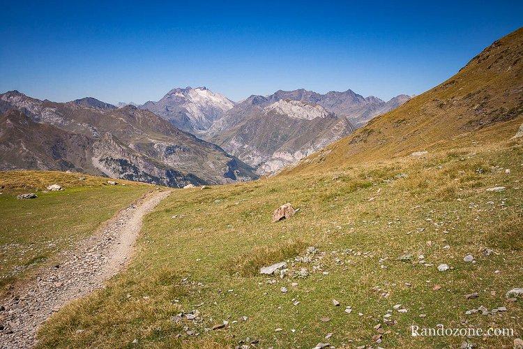 Sentier et glacier d'Ossoue en arrière plan