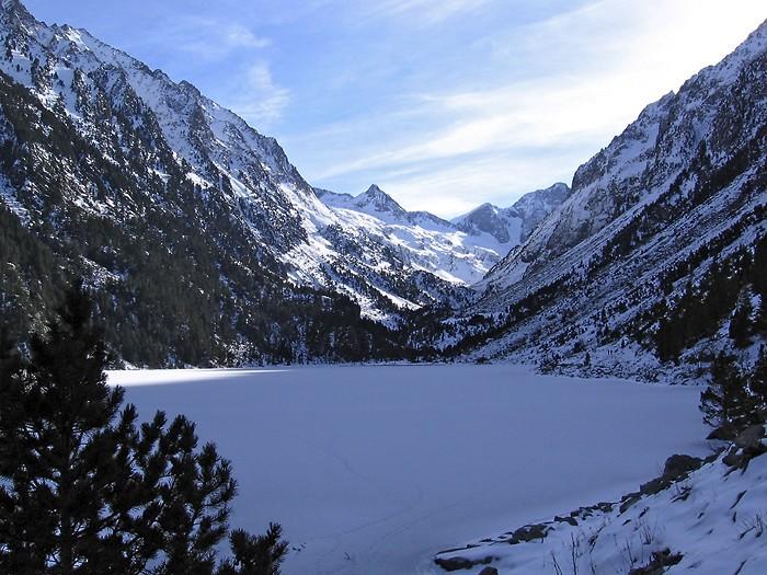 Lac de Gaube recouvert par la neige en 2010