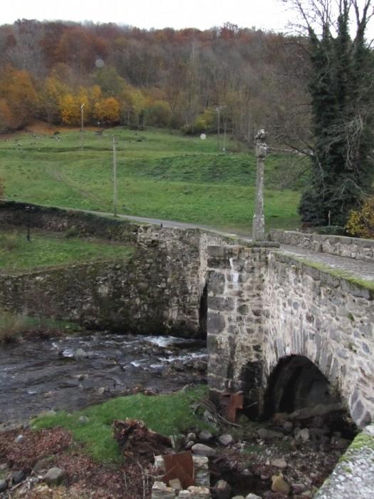 Croix du pèlerin sur le vieux pont de Saint Chély d'Aubrac