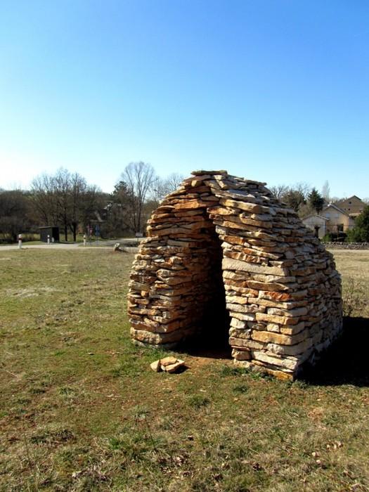 Cazelle en pierre près d'Onet l'Eglise