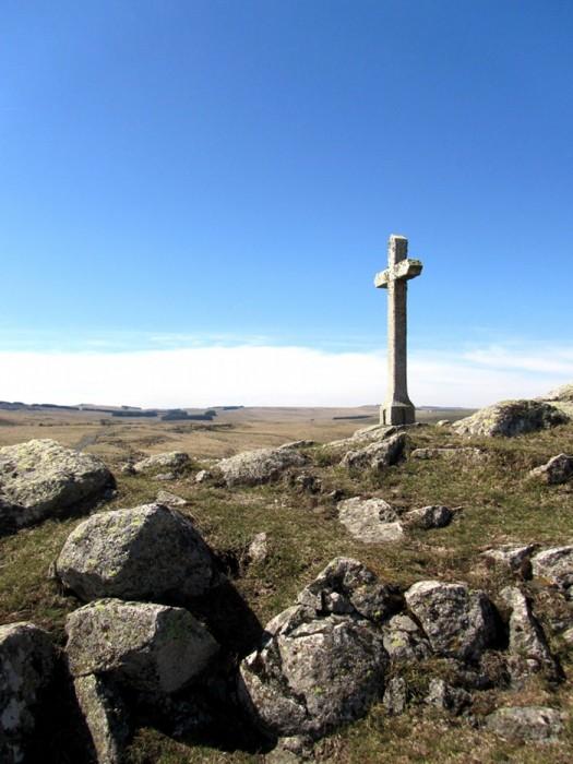 Croix devant le Lac de Saint Andéol, Aubrac