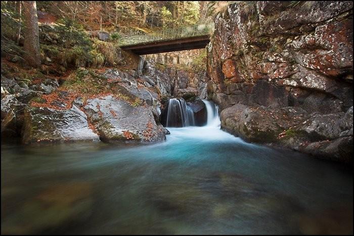 Cascade et pont sur la route du Pont d'Espagne