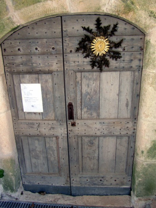 Cardabelle sur une porte du village de La Couvertoirade, Larzac