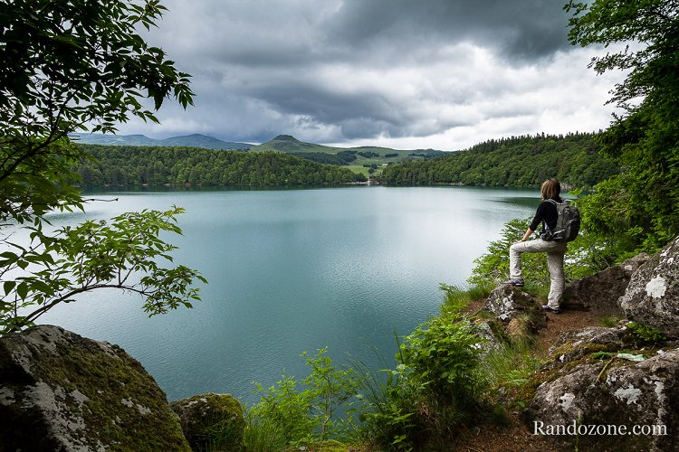 Joli panorama sur le lac Pavin et les environs