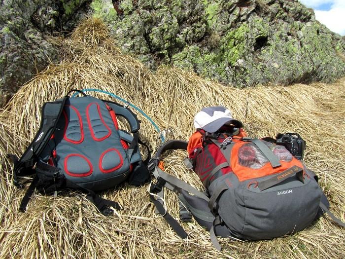 Sacs de randonnée se reposants sur le plateau de Saugué