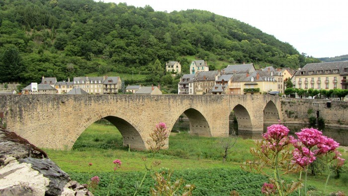 Le pont d'Estaing, sur le Lot qui coule en dessous