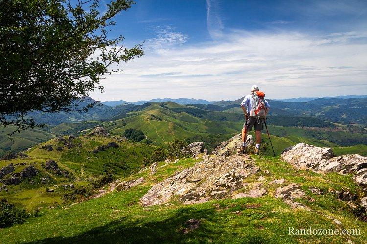 Randonneur au sommet du Mondarrain contemplant le Pays Basque