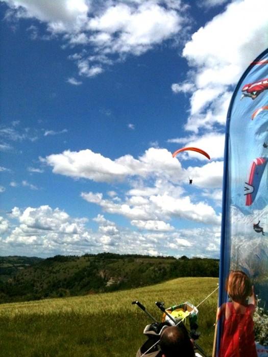 Parapente dans le ciel Aveyronnais