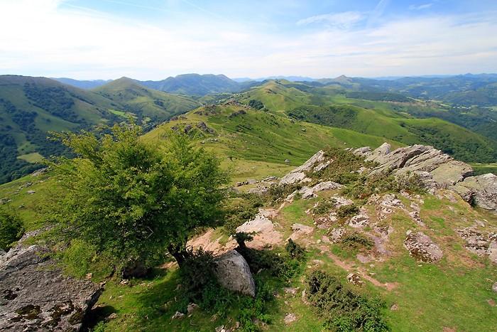 Au sommet du Mondarrain dans le Pays-Basque