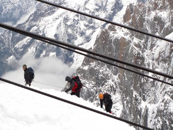 Cordée d'alpinistes arrivant à l'Aiguille du Midi
