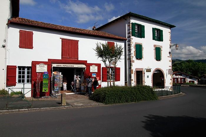 Maisons typique du Pays Basque dans le village d'Ainhoa