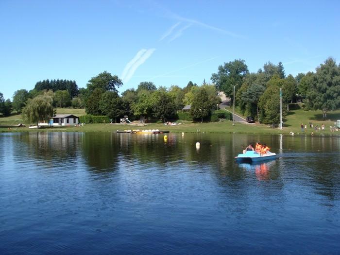 Outdoor : Pédalo sur le Lac de Saint Gervais en Pays Haut Rouergue