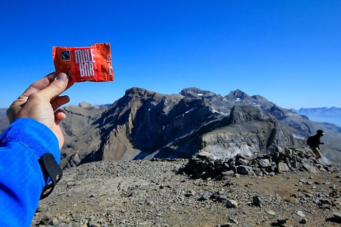 Mulebar au sommet du Casque du Marboré en face du Massif du Mont Perdu