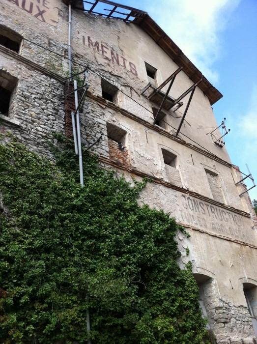 Bâtiment à l'entrée de Cahors le long du Lot