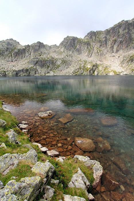 Au bord du lac du Pourtet dans les Pyrénées