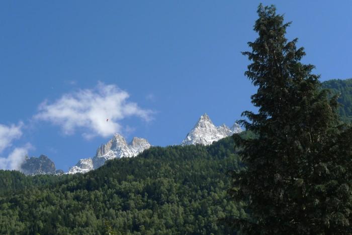 Parapente dans le ciel au dessus de Chamonix
