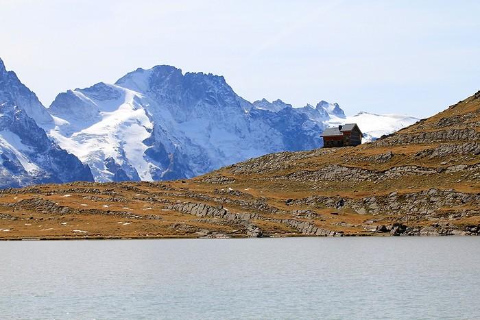 Refuge du Goléon devant la Meije et le lac