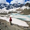 On descend vers le lac et son glacier