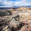 Randonnée à travers un des champs de lave d'Islande