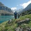 Randonneurs devant le lac des Gloriettes