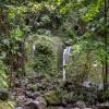 La cascade devant le bassin d'eau chaude