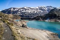 Le barrage et le sentier qui longe le lac
