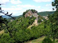 Randonnée pédestre entre les villages de Rodelle et Bézonnes sur le Causse Comtal en Aveyron