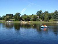 Activités outdoor : Pédalo sur le Lac de Saint Gervais en Pays Haut Rouergue