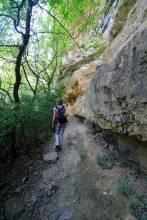 Le sentier longe la falaise
