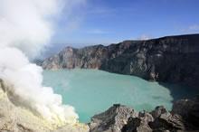Le lac dans le cratère du volcan