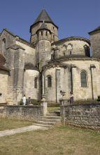 Le chevet de l'église fortifiée de St Robert