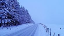 La nuit tombe, la route est blanche