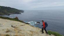 Le long de la côte, entre roches et mer