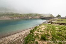 On longe le lac d'Ossoue du mauvais côté