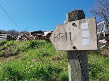 Le panneau du PR11 à côté du village
