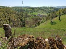 Le village de Coubisou au creux de la verdure