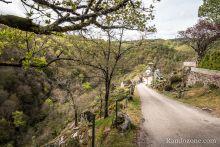 On suit la route vers le hameau