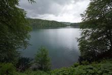 Boucle dans le lac volcanique Pavin