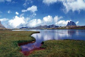 Pic du Midi d'Ossau derrière le lac d'Anayette.