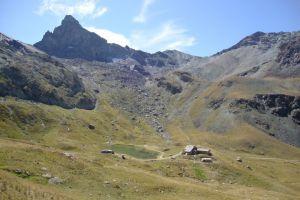 Lac et refuge de la Blanche ,au pied de la Tête des Toillies ( 3175 m)